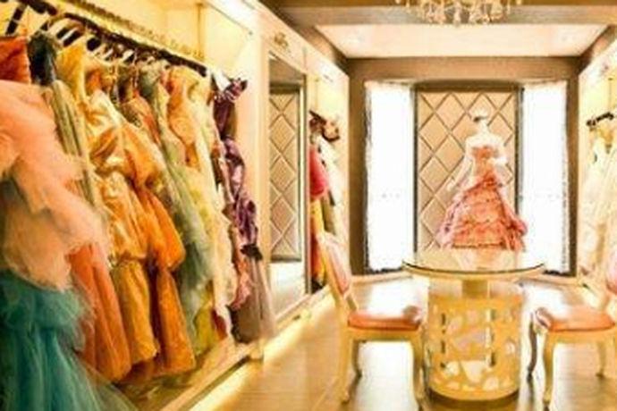 很多人结婚首先第一件事就是挑个黄道吉日举办婚礼。挑选好之后就会先去酒店订桌次了。第二件事大部分人都会选择拍婚纱照。那这里就难倒不少新婚夫妻了。因为现在中国婚纱摄影的市场已经是非常成熟的,每个摄影品牌都有着自己独特的风格。有着强烈的品牌特点。在挑选婚纱影楼一定要先看对方的风格是否适合于自己。那么,最好的婚纱影楼是那些?这里小编给大家仔细分析。