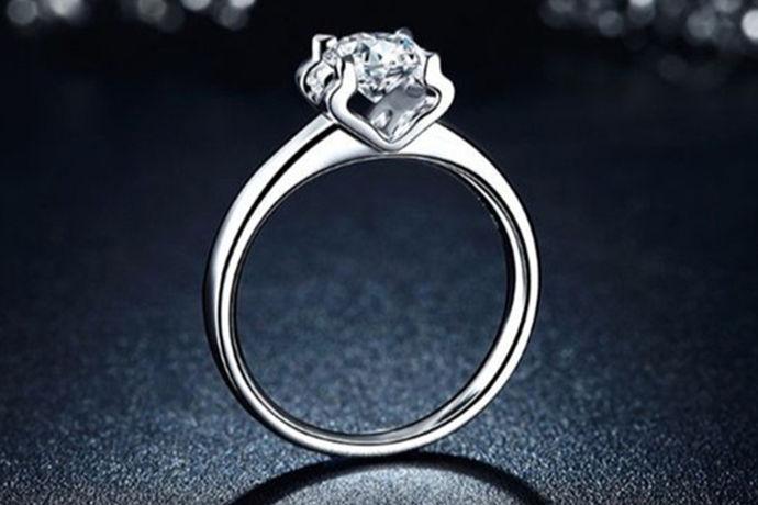 对于很多结婚的情侣来说,钻戒所代表的意义非常,在自己的消费能力提升的同时对钻戒的需求也会尽力满足自己。面对30、40分钻戒,他们更乐意选择50分钻戒,大而奢华又在自己的承受范围内。想购买50分钻戒的情侣们必然想知道50分钻石有多大 、50分的钻戒多少钱 ?