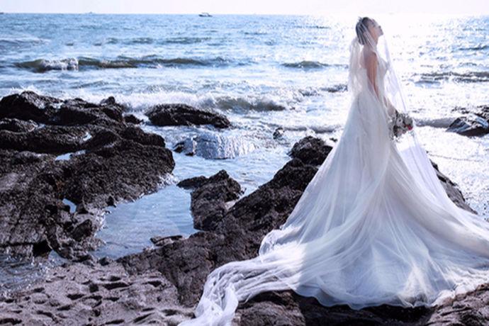 三亚婚纱摄影近年来风格的不断创新,非常的时髦,个性多样化,尤其是引领了时尚潮流。每年前往三亚进行拍摄婚纱照的新人络绎不绝。