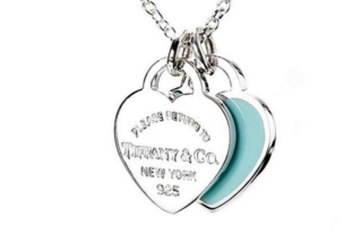 蒂芙尼(Tiffany)项链是许多女性喜欢的珠宝,他是美国珠宝业的代表。Tiffany项链完美结合性感和时尚,将珠宝开发到极致,而且展示了女性独特的魅力,简单的风格散发出女性的优雅和魅力。