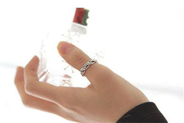 食指戴戒指什么意思_小手指戴戒指什么意思 五指戴戒指的含义 - 中国婚博会官网