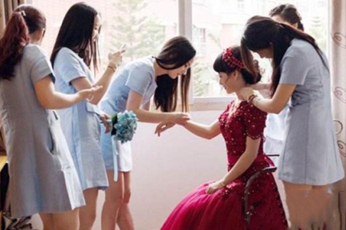 对于结婚,相信很多人并不陌生,因为每个女孩都会经过婚礼这一阶段,当女孩们换上婚纱化上精致的妆容,他们就是最美丽,最动人,最大方的。相信每个女孩最美的瞬间就是在他们穿上婚纱的时候,新娘要穿上两次婚纱,一次是在拍摄婚纱照的时候会穿上婚纱,还有一次就是在结婚的当天也会穿上漂亮的婚纱,拍摄结婚照会有专人为新娘化妆,结婚当天新娘也会请人来给自己画上新娘妆来迎接新郎的到来。