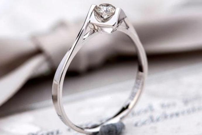 对于现在的人来说,总是喜欢购买各种各样的装饰品。比如说当代的年轻人就比较喜欢钻石饰品。今天中国婚博会小编为大家带来现在钻石的市场价。不了解的快来看看!