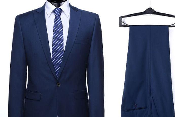 伴郎理论上要穿着西装的,这样比较正式统一。如果是草坪婚礼,可以穿着衬衫搭配马甲,配合轻松的气愤。在敬酒的环节,如果新郎只穿衬衫,那伴郎可以也只穿衬衣。伴郎在婚礼中起到的是衬托新郎的责任,所以不要抢了新郎风头,要与新郎穿衣风格统一,比新郎简单一些即可。