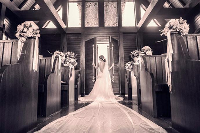 拍摄婚纱照是每对新人都会做的事情,由于拍摄婚纱照机会难得且意义重大,每对拍摄婚纱照的新人都会比较上心,毕竟谁都不想留有遗憾。拍摄婚纱照是一个很劳累的事情,需要注意的事项也很多,稍微不注意便会破坏婚纱照的拍摄进度以及婚纱质量,所以在很多新人们看来,拍摄婚纱照无疑是一件痛苦并快乐着的事情。那么,今天小编就和大家一起来看看拍摄婚纱照要注意的问题。
