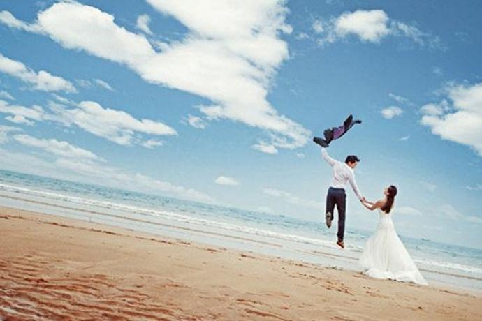 蜜月游是新婚生活开始把前奏曲。回忆爱情的风雨婉约,幻想婚姻的美好前程是蜜月旅游的主题。婚前的忙碌和疲劳可以通过快乐轻松的蜜月旅游来恢复。更重要的是蜜月游能够为两个人的感情增温。那么蜜月游去哪好成为了新人的问题。今天大家就和中国婚博会的小编一起来了解一下吧!