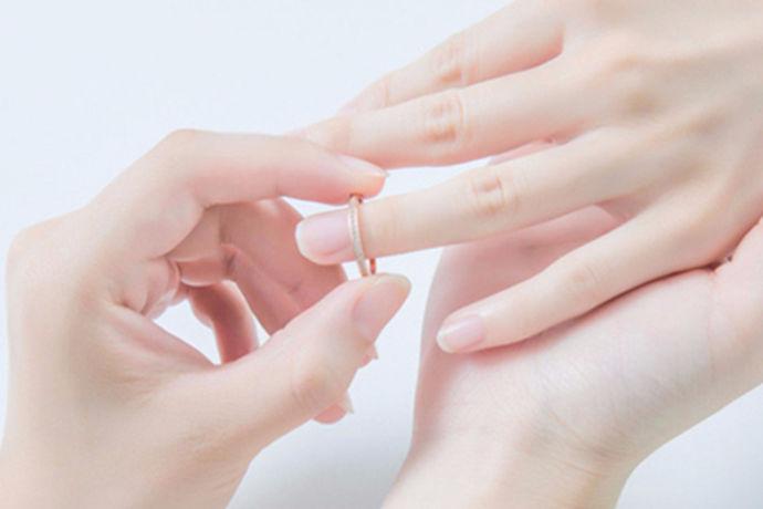 现在结婚的婚礼当中分为中式婚礼和西式婚礼,两种婚礼有着不同的差别。一般来说,年轻朋友都比较喜欢西式婚礼,而长辈们则比较喜欢中式婚礼。那么中式婚礼和西式婚礼到底哪个好?今天大家就和中国婚博会的小编一起来了解一下吧!
