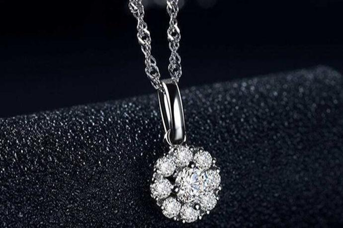 钻石一直深受人们的喜爱,钻石不管是用于珠宝首饰行业,还是用于收藏,都很受人们的关注,因为这是是一种有着靓丽色泽的宝石可以用于装饰品,也有着昂贵的价值,可以用于人们的收藏。加上现在钻石被普遍用于结婚戒指,所以人们更加关注钻石价格的走向,因为在现在一枚好的的钻戒是很重要的,现在我们普遍都用钻戒当做结婚戒指,因为钻戒很好的代表爱情的忠贞不渝,与海枯石烂。