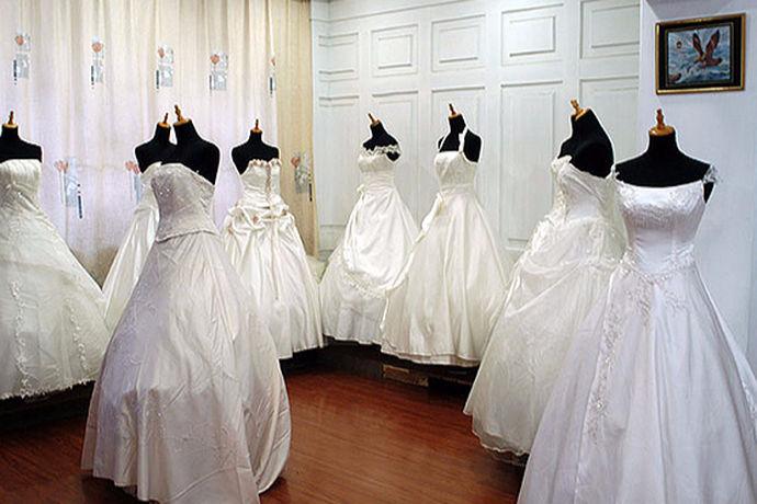 结婚对于一个新人来说是一个非常重要的日子,有些人会觉得去租婚纱就可以了,但是有些人却会去买婚纱礼服,虽然婚纱礼服只能穿一次,但是他们还是会想要去买婚纱礼服,但是又担心价格贵了,或者是不时尚,接下来就由中国婚博会小编为大家介绍一下婚纱礼服多少钱?