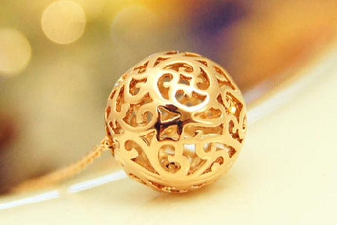 当今时代的人追求时尚新的风格,注重精神文明的享受,注重打扮自己外表。很多人买金银首饰珠宝来装饰自己,以彰显地位。黄金,白银,彩金一直是人们炙手可热的饰品。在众多珠宝当中,黄金的饰品广受人们喜欢,那么今天大家就和中国婚博会的小编一起了解一下纯黄金多少钱吧。