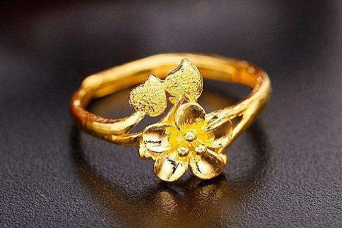 黄金戒指作为人们在日常生活中经常看见的一个装饰品,不管是在人们结婚的时候 还是纪念日的时候,他们都会购买黄金戒指赠送给其他人。