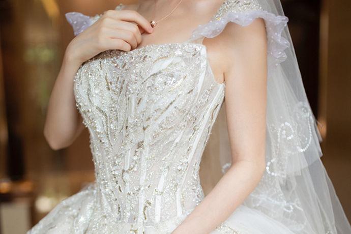 我们大家都知道很多人在结婚的时候都会选择婚纱摄影店以及自己的婚纱礼服。那么今天中国婚博会小编就带大家一起来了解一下苏州婚纱多少钱?看一下相关的行情是怎么样的?