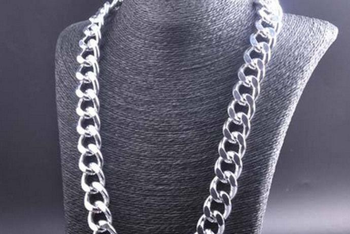 现在市场上关于男士的项链,总体而言没有特别多的选择,所以关于选购男士项链应当注意哪些问题呢,下面就和小编一起了解吧。