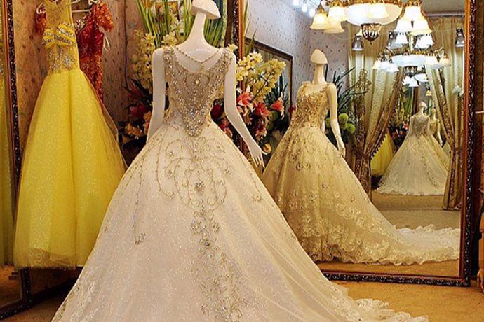 相信穿婚纱对于每一位女生来说都是一件非常幸福的事,因为他们一生中很可能只有一次穿婚纱的机会,因此他们想将自己最美的那一刻永远定格在那一瞬间。在每一位新人正式举行婚礼之前,他们都会为自己挑选一件合适的婚纱,以此来打扮出最美的自己,让自己在婚礼当天展现出最美的一面。