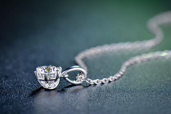 钻石是很多人都喜欢佩戴的饰品,但大家在购买钻石的时候非常害怕买到假钻石,钻石有大有小,那么很小的钻石真假怎么辨别呢?下面就跟小编一起了解一下如何分辨钻石真假,大家可以在买钻石的时候灵活应用,买到合适的钻石。
