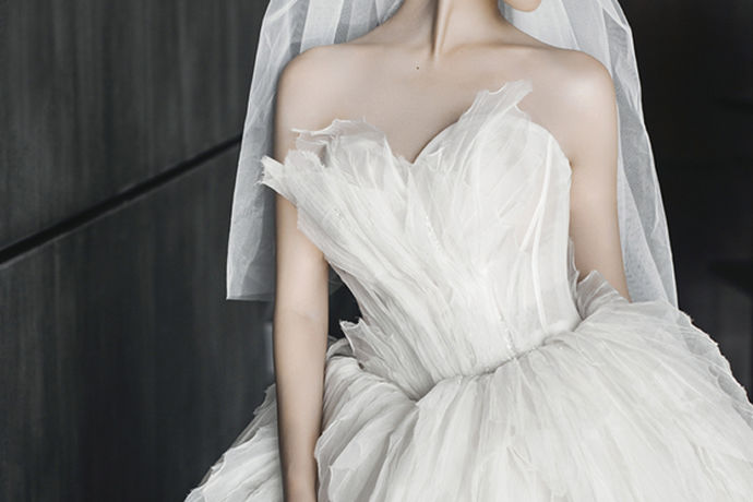 穿上自己喜欢的婚纱,携手和自己相爱的人走进婚姻的殿堂,是很多女人的梦想。尤其是拥有一套婚纱,婚纱的美丽和洁白神圣,将女人的气质和身材完美的呈现了出来。而在婚礼里,新娘首先就要选好婚纱,如何才能化妆,拍婚纱照,举行婚礼等等。但是婚纱却不是很便宜的,而且有点婚纱质量也会不好。那么选好婚纱就是很重要的一点,怎么买婚纱,买婚纱有哪些注意的点呢,接下来就和婚博会小编一起来看看吧。