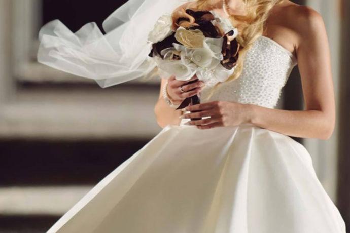 婚纱是每个女孩都梦寐以求的一件衣服。穿上婚纱就意味着自己会和今后共度一生的人走上红地毯,相互交换戒指,一起念出誓言,然后共度余生。所以说婚纱是神圣和美好洁白的,一件婚纱的意义是不同的。就像《爱情公寓》里一样,美佳她们一集里面,争相穿着婚纱,都是为了想体现出自己美丽的一面。所以说婚纱还可以将女性的身材和美丽最大程度的体现出来。可是一件婚纱的价格并不便宜,很多当地婚礼新娘都是用租来的婚纱的。