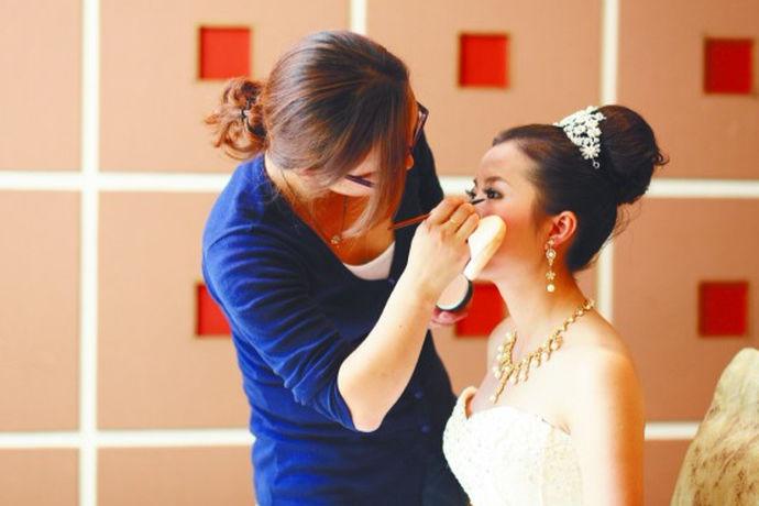 随着人们现在对美的探索和审美的改变,一些新娘妆也变得越来越美,各种各样的风格已经出现,人们也开始大胆的尝试各种各样的妆容。下面给大家介绍几款好看的新娘妆。