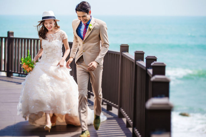 婚礼对于女人来说是一个非常重要的仪式,而婚纱又是一个很重要的服饰,不过,婚纱这种裙子只能在婚礼上穿一次,所以一些比较节俭的女孩可能会选择去租婚纱,那么租赁婚纱多少钱一套呢?接下来就由中国婚博会小编带领大家看看吧!
