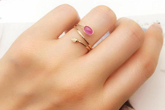 对于大部分的人来说都会购买钻石戒指,这是一种非常吸引人的装饰品。今天中国婚博会小编为大家带来钻戒什么牌子比较好?