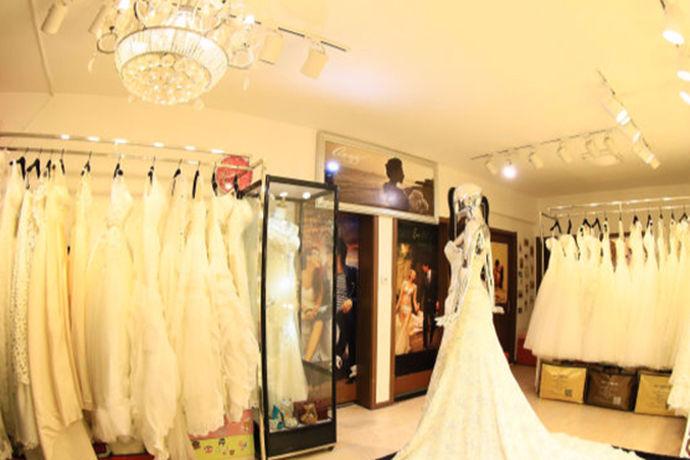 时尚流行不止在存在于服装和美妆行业,婚纱礼服的款式每年都会有流行趋势,而且每年流行的婚纱风格也和往年有所不同。新人们肯定对婚纱流行趋势有所不了解,下面就和小编一起看一看最漂亮的婚纱图片这个问题吧。