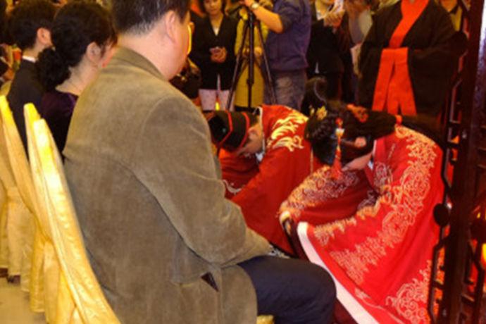 每对新人在结婚的时候都会举行自己的结婚仪式,有的新人喜欢复杂一些的婚礼仪式,这样的话会更加有仪式感。但是有的新人却会更喜欢简单一些的婚礼。那么今天中国婚博会小编就为大家带来最简单的婚礼仪式。