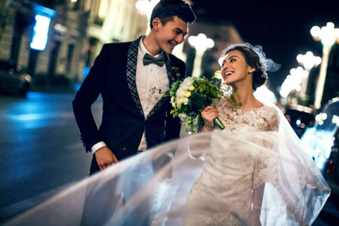 大部分的新人在结婚的时候都要选择相应的婚纱摄影店以及婚纱礼服店。不同的地方有着不同的品牌,今天中国婚博会小编就为大家带来深圳伯爵婚纱怎么样?