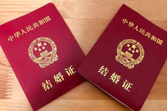 每对结婚的新人都要领取自己的结婚证,在结婚证上都有一个结婚证的结婚照。对于这个结婚照来说有哪些要求呢?今天中国婚博会小编就为大家带来结婚照的照片。
