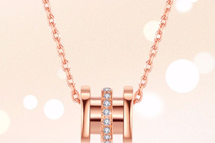在女孩子所有的首饰饰品当中,项链可谓是占据了主导地位,不同风格的项链搭配以不同的服饰会显现出不一样的风格,这便也是女孩子们往往拥有很多条很多种类项链的原因,如果不是不同项链显现出的效果不同那么戴同一条不就好了?然而并不是这样,在所有材质的项链当中,钻石项链也是非常受大众欢迎的,不过也不是人人都是识别钻石的专家,很多女孩子并不是特别了解钻石,只是认为钻石非常好看。