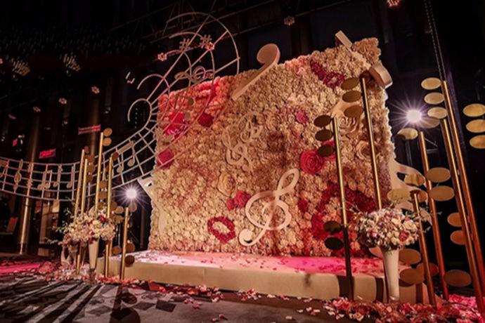 很多新人在结婚的时候都会选择一家婚庆公司,对于婚庆公司,你们了解多少呢?它大概可以帮助新人解决那些问题呢?今天中国婚博会小编为您带来婚庆公司是干什么的?