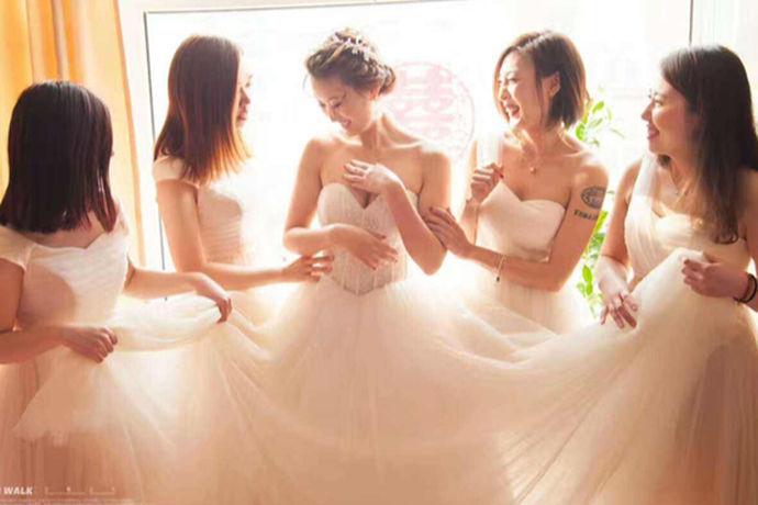 租赁伴娘服多少钱一天?伴娘是婚礼上不可或缺的重要角色,一般来说伴娘要穿上伴娘服,而伴娘服会由新娘提前租赁准备好。当然,伴娘服租赁的费用由新人来支出。关于费用来看看吧!