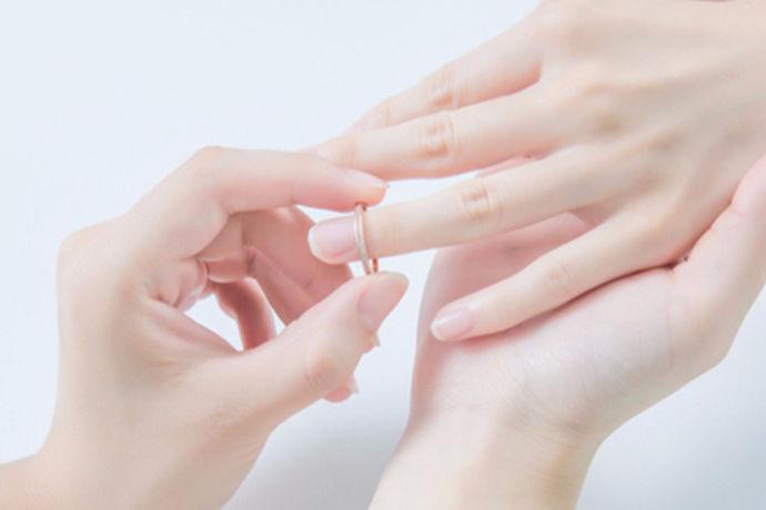戒指在不同的手指上有不同的含义,右手和左手上的戒指有不同的含义。每个手指所戴的戒指都有不同的含义。每个人都可以根据自己目前的情感生活选择不同的手指佩戴。如果戒指戴错了会很尴尬。