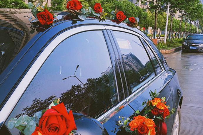 现在,婚车也是婚礼的一项重要开支。普通车队价格约2000元,中档车队价格约5000-6000元,高档豪华车队价格在7000元以上。当然,婚礼车队的价格仍然与已婚汽车的数量和选择的汽车品牌有关。