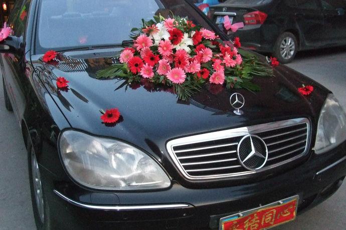 奥迪(Audi)、宝马(BMW)和梅赛德斯-奔驰(Mercedes-Benz)一直是夫妻租婚车的首选。其中奥迪更平民化,奔驰更高档化。梅赛德斯-奔驰婚礼车一天多少钱?租一辆梅赛德斯-奔驰的婚车也有一些事情要记住。