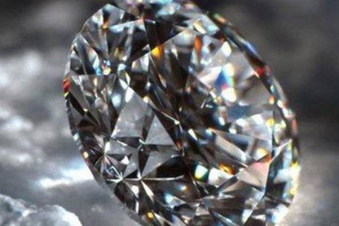 对于大多数的人来说,可能都会购买钻石项链,钻石戒指以此来装饰自己。市场上流行的钻石饰品来说,有一些就是假的。作为消费者,我们如何区分钻石的真假呢?今天中国婚博会小编就带大家一起来了解一下。
