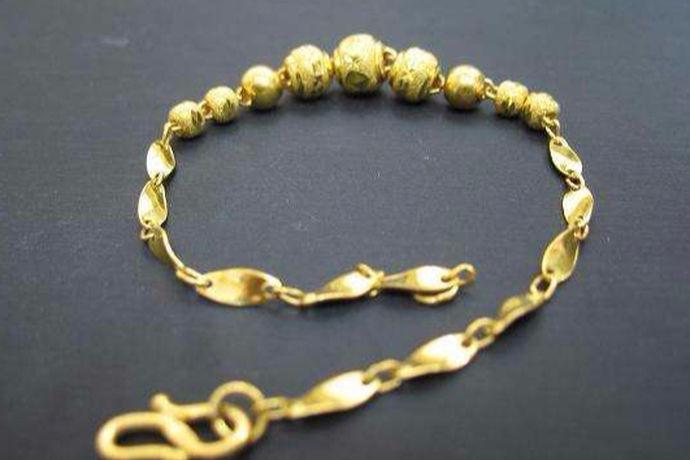黄金作为贵金属的一个种类,是非常受欢迎的,也是价值比较高的。黄金可以打造出许多首饰,比如项链、戒指、手链等,手链作为手腕间的饰品,精细而精美,获得了很多女性消费者的青睐。很多人都想购买一条黄金手链,下面就和小编一起来看一看5克黄金手链多少钱这个问题吧。