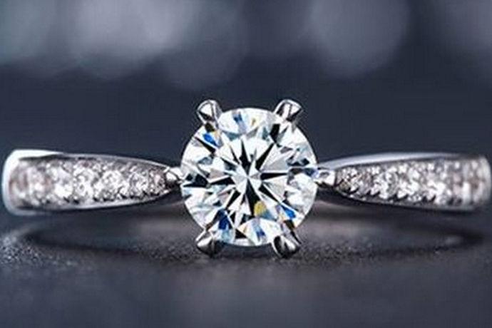 其实不管是购买成品的钻戒,还是选择定制的一款钻戒,钻石大小都是我们在挑选时的首选,不同的钻石价格区别还是很大的,钻石越大,价格越贵。二十分钻戒多少钱呢?下面跟着小编来了解一下。