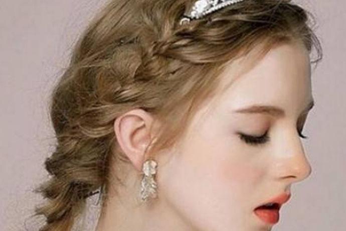 婚礼上,虽然装饰和现场的氛围是婚礼上重要的烘托点,但是婚礼最瞩目的还是新娘。因为这一天,新娘是一生里最美的时刻,无论是妆容还是服装,新娘的这些条件可以说都是最好的。所以说婚礼的重点还是新娘。新娘的妆容,口红,粉底,项链,还有最吸引人的就是婚纱了。