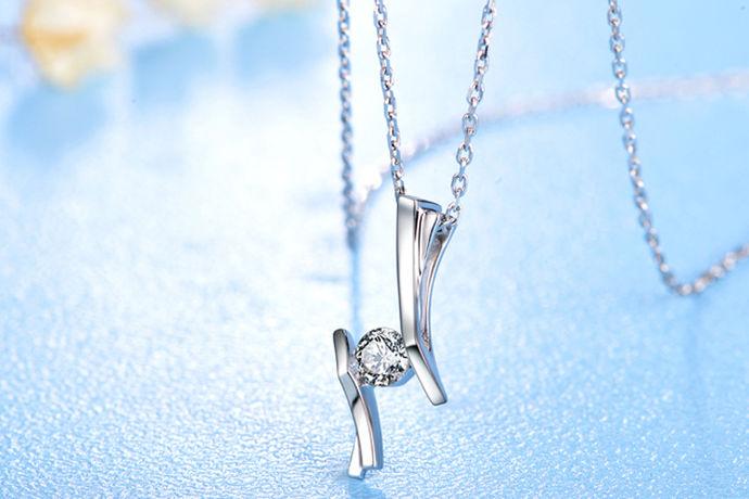 众所周知,铂金是一种贵金属,在日常生活中佩戴铂金项链的女生也是非常多的铂金项链是一种很稀有的金属,它的金属性很稳定,不会与皮肤发生反应,让皮肤过敏,而且铂金项链很百搭,不管配戴者的穿搭风格是如何的,带上一条铂金项链也不会显得很突兀,那么,铂金项链大概要多少钱呢?接下来就由中国婚博会小编带领大家看看吧!