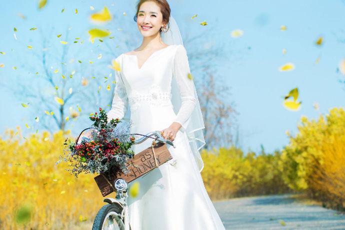 婚纱摄影是新人婚礼前必做的一件事,婚纱摄影的重要性不言而喻,然而面对市场上众多的婚纱摄影店,新人不知道哪家店好点,下面就让小编给大家介绍一下梦巴黎婚纱摄影怎么样,供大家参考。