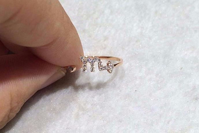 很多人在结婚的时候都需要购买结婚戒指。因为结婚戒指是两个人感情的一种见证,同时它也是一种定情信物。那么今天中国婚博会小编就为大家带来婚戒哪种好?