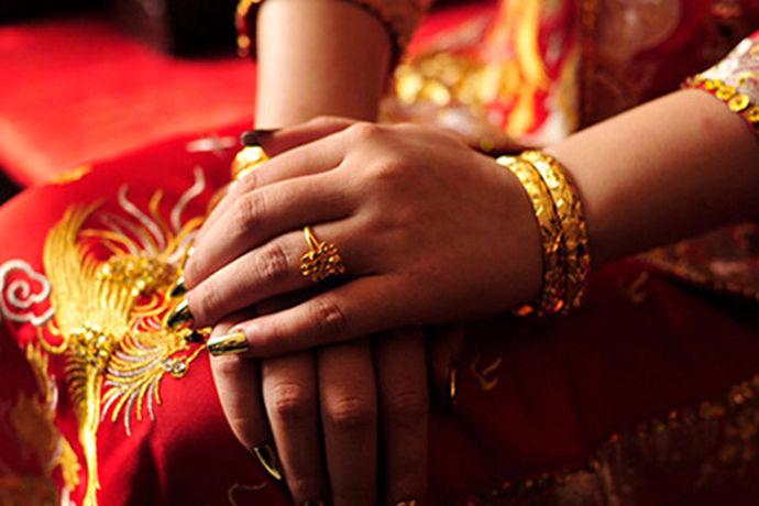 很多人在日常生活中都会购买黄金戒指来进行佩戴,因为黄金戒指是一种非常富贵的象征。那么今天中国婚博会小编就带大家一起来了解一下一枚金戒指多少钱?