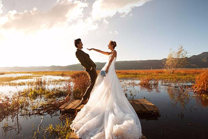 婚纱照的拍摄是需要很高的技术含量的,每一个女孩子都希望自己拍摄出来的婚纱照效果好一点,能够达到自己想象中的那么好看,不过这世间没有完全完美的东西,所以说可能会因为各种原因婚纱照拍的不如自己想象中的好,所以小编今天就来和大家谈一谈关于婚纱照拍的不好看吧。