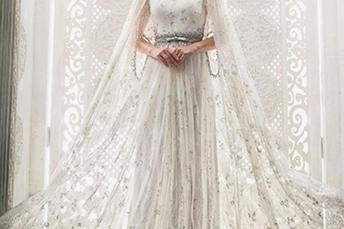 婚纱一直是女孩子们梦寐以求的礼服,每个女孩穿上婚纱都会是最美丽的新娘。可以说,每个女孩最美丽的瞬间就是在她穿上婚纱的那一刻,当洁白的婚纱穿在女孩子们的身上,他们就会激动不已,因为他们终于嫁给了那个自己心仪的人,要与他共度白首。婚纱对于女孩子们有特别的意义,婚纱对于女孩子来说是洁白圣洁的,庄严神圣的。因为女孩子们穿上婚纱,只要在自己要嫁人的时候才可以穿,当穿过婚纱后,他们的身份也会发生变化。