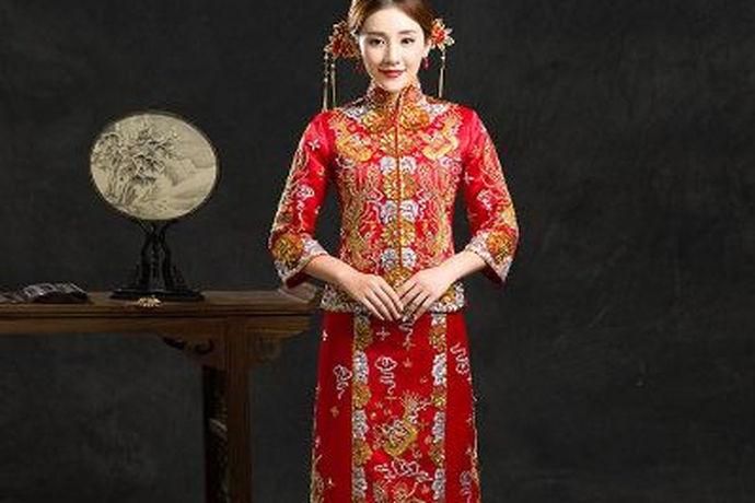 龙凤褂是中式婚礼喜服之一,其具体款式又可以根据刺绣来分为褂皇、褂后、小五福、中五福、大五福和龙凤褂这几种。另外,龙凤褂的价格也会根据款式的不同而不同。后面就和小编一起来看一看龙凤褂多少钱这个问题吧。