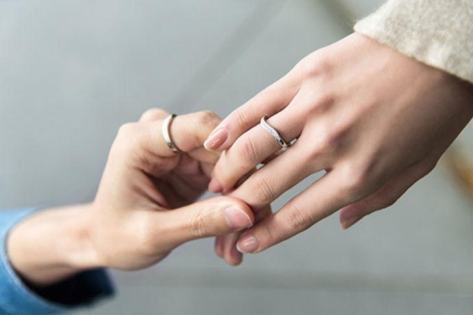结婚对戒是两位新人幸福的见证,结婚对戒具有相同设计,象征着爱情的永恒和婚姻的稳定,意味着两个人一生一世,在彼此珍爱的时空里,让完美的对戒锁定更古不变的爱情誓言,让彼此不离不弃,相依相偎。下面就让小编来告诉大家一般结婚对戒多少钱?