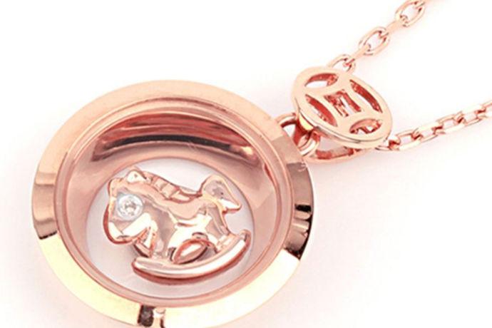 钻石不仅仅是戒指,还可以做成很多饰品,比如说钻石项链、钻石镶嵌等,女孩子们的首饰都有很多,什么项链、手链等啦,钻石亮晶晶的适合被镶嵌在各种首饰里面,钻石项链受到很多女孩子的青睐,那么今天小编为大家介绍的就是18k金钻石项链多少钱。