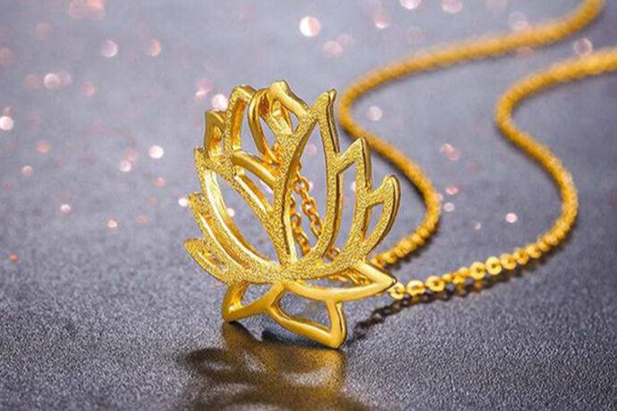 相信大家都知道,在日常生活中有很多不同材质的首饰可以供我们选择。人们可以购买自己喜欢的手链,项链,戒指。今天中国婚博会小编就为大家带来黄金链配什么吊坠好看?