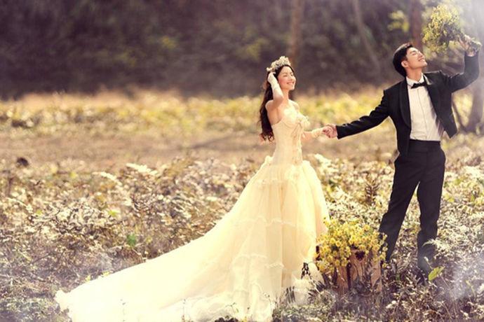 拍婚纱照对于新人来说是非常重要的事情,所以在婚纱照之前的准备也一定非常充分,因为拍婚纱照是结婚中的第一部,那么拍婚纱照之前要做些什么呢?接下来就由中国婚博会小编带领大家看看吧!