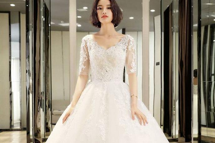 结婚是每个人一生中最重要的事情了,现在人们都很重视婚姻的质量,很多女孩子也都非常希望自己在自己大婚的那一天穿的漂漂亮亮的和自己的如意郎君结婚,婚纱其实是从西方兴起,但是因为婚纱非常的漂亮和梦幻,受到很多女孩子的喜欢,以至于每个女孩子结婚都想着自己能够穿上漂亮的婚纱,今天小编为大家介绍的就是穿婚纱的新娘。